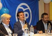 Intervención de Pablo Casado y a su derecha el presidente del PP en el Reino Unido, Jesús Ledo.