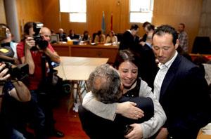La secretaria de Política Municipal del Partido Socialista asturiano, Adriana Lastra, celebró el resultado con sus compañeros de formación tras hacerse públicos los datos del escrutinio.