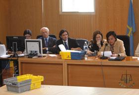 Momento en el que la presidenta de la Junta Electoral de Asturias, Covadonga Vázquez Llorens, comunica el resultado del escrutinio que dio un escaño más al PSOE.