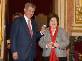 La Defensora del Pueblo, María Luisa Cava de Llano, entregó el informe al presidente del Congreso, Jesús Posada.