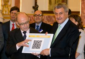 El ministro de Hacienda, Cristóbal Montoro, entregó el proyecto de Presupuestos Generales del Estado al presidente del Congreso, Jesús Posada, en formato BIDI.