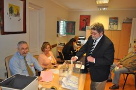 Un español depositando el voto en el Consulado en Montevideo en las pasadas elecciones generales.