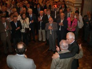 Los asistentes al acto recibieron al director general con un efusivo aplauso.
