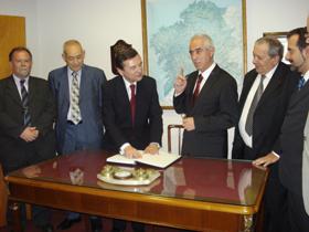 El director general de Migraciones junto a directivos del Centro Galicia de Buenos Aires.