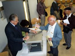 Un emigrante depositando su voto en el Consulado de París.