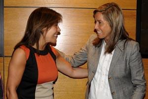 La conselleira Beatriz Mato saluda a la ministra Ana Mato, antes de la reunión.