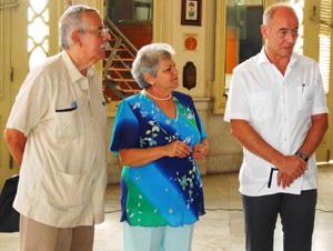 Barros y Gódula Rodríguez escuchan las palabras del secretario da Emigración, Santiago Camba.