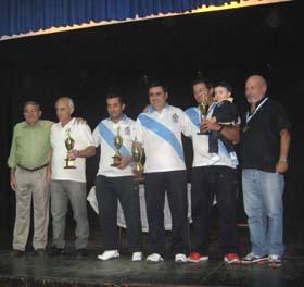 Ganadores del torneo de bolos junto al presidente del Valle Miñor.