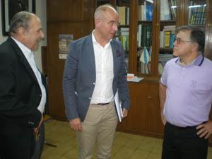 Santiago Camba dialogando con dos directivos en Buenos Aires.