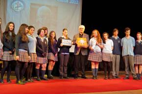 Los alumnos del Instituto Santiago Apóstol le entregaron la distinción a Víctor F. Freixanes.