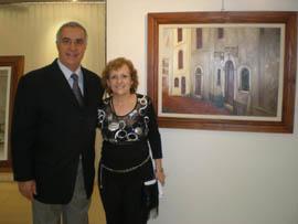 Iannuzzo y De Vincenzo posan frente a una de las obras que forman parte de la muestra.