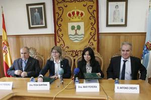 Rosa Quintana y Mar Pereira durante la firma del convenio, en Tordoia.