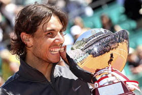 Rafa Nadal con el trofeo de ganador del Masters 1000 de Montecarlo.