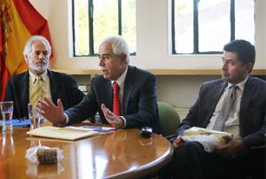 El director general de Migraciones, Aurelio Miras Portugal, en la reunión con responsables de centros de día en la Consejería de Empleo de México.