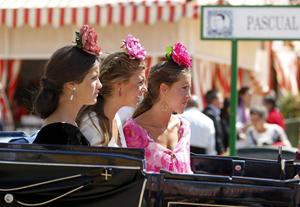 Tres jóvenes pasean por la Feria.