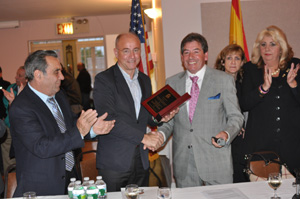 Santiago Camba recibió un obsequio de manos del presidente de la Unidad Gallega de Nueva York, José Gil.