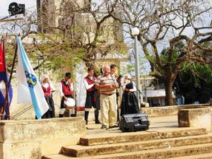 El repentista Ernesto Quiñones saludó a los visitantes en nombre de los artemiseños.