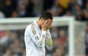 Cristiano Ronaldo se lamenta tras fallar su penalti.