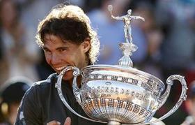 Rafa Nadal muerde el trofeo Conde de Godó.