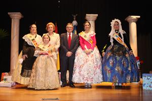 Las Reinas junto con la presidenta de la Casa y el mantenedor en el acto de Proclamación de Reinas.