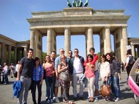 Frente a la puerta de Brandenburgo.