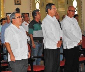 El embajador Manuel Cacho, en el centro, y a su izquierda el presidente de la FSGC, Sergio Toledo.