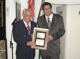José Marcos recibió el galardón de manos del presidente del Centro Andaluz de Mar del Plata, Eloy Pousa.