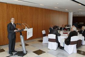 El conselleiro de Educación, Xosé Vázquez Abad, en el encuentro con los miembros de AEGA-CAT.