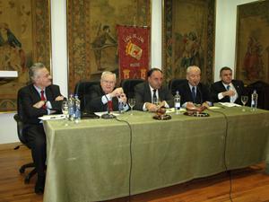 Mesa presidencial del acto con el ponente Antonio Trevín (1º por la izq.).