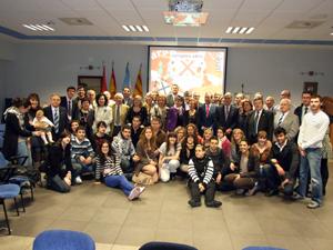 Foto de la clausura con los participantes y miembros de la Confederación de Casas Regionales.