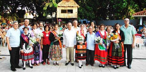 Foto de grupo de las autoridades y la Reina con sus Damas de Honor.