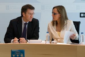 El presidente de la Xunta, Alberto Núñez Feijóo, y la conselleira de Facenda, Elena Muñoz Fonteriz, en la reunión del Consello.