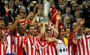 Los jugadores del Atlético de Madrid levantan la copa de campeones de la Liga Europa.