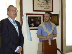 José María Arias Mosquera se dirige a los presentes tras descubrir la foto de la Condesa de Fenosa, junto al presidente del Centro Gallego, Manoel Carrete.