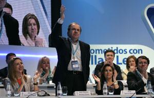 Juan Vicente Herrera saluda a los compromisarios tras su reelección como presidente del PPCYL.