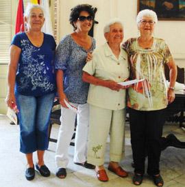 Josefina Rodríguez, derecha, con algunas de las socias que recogieron el diploma.