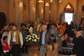 La imagen de la Virgen de los Desamparados a su llegada a la Iglesia.