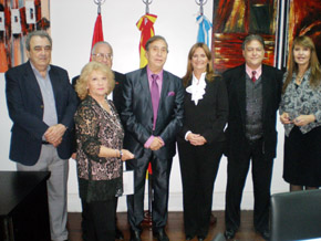 La junta directiva del Centro de Madrileños junto a la homenajeada, tercera desde la derecha.