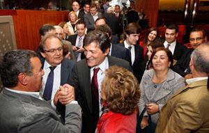 Javier Fernández (en el centro) recibe la felicitación de sus compañeros de partido tras ser elegido presidente del Principado de Asturias.