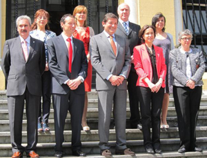 El presidente Javier Fernández (centro) posa con los nuevos consejeros.