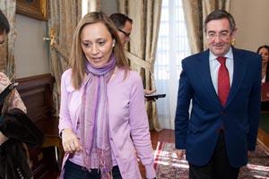 La conselleira tras firmar con el alcalde de Santiago el convenio para financiar el Estatuto de Capitalidad por el que la Xunta aporta este año 2,7 millones de euros.