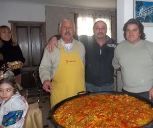 Participantes en la fiesta con la paella.