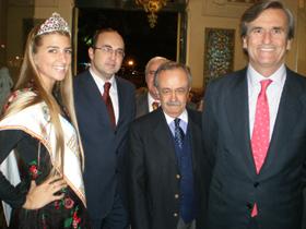 Oyarzun, primero por la derecha, se mostró sonriente al llegar al Club Español.