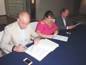 Camba firma el convenio con la Fundación Española de Emigrantes Dependientes.