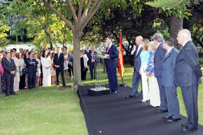 Don Felipe se dirige a los asistentes a la recepción en la residencia del embajador en Portugal.