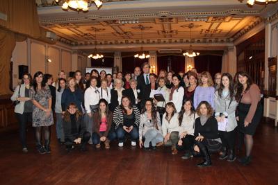 Ponentes y participantes con el embajador de España en Argentina, Román Oyarzun.