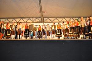 El grupo de danzas Vega de Duero del Hogar Centro Castellano y Leonés de Catalunya, tras su actuación.