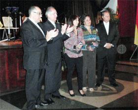 La viuda del futbolista Pedro Febles recibe la ovación de los presentes junto a las autoridades.