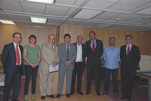 El vicepresidente Valderas (4º por la izquierda) y el embajador (3º por la izquierda), con el resto de asistentes la reunión.
