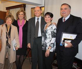 La presidenta del Lar, María Myriam López Marín, segunda por la derecha, con el ganador del ceratmen, Fernando Moure Rojas, a su derecha.